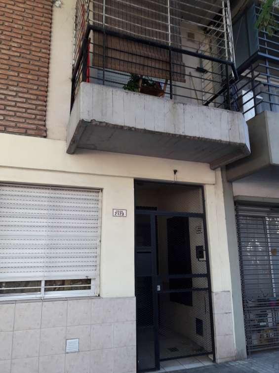 Alquilo monoambiente colon 2123 tercer piso escalera con terraza y lavadero