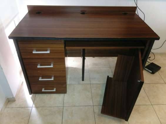 Escritorio con espacio para gabinete $2500
