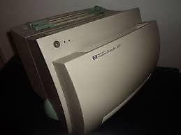 Impresora laserjet hp 1100 con sus cables. perf estado