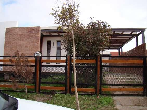 Casa 3 ambientes, 2 baños, 2 patios en excelente zona en mar de ajó