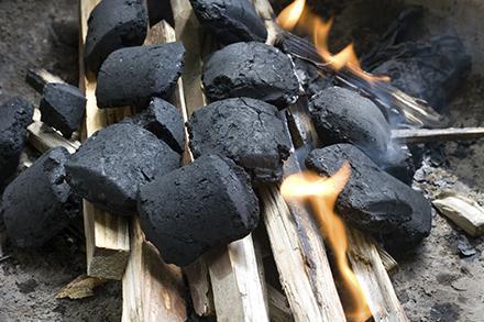 Carbón leña hielo jugos