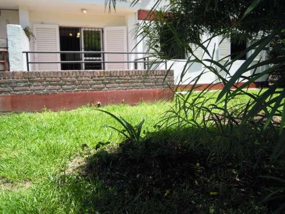 Balcón con acceso al jardín trasero