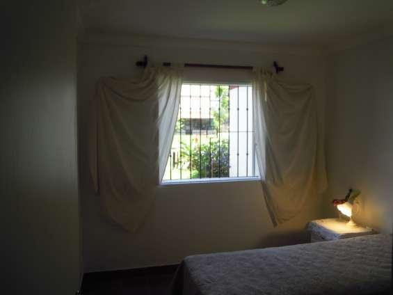 Dormitorio con vista al jardín y al balcón trasero