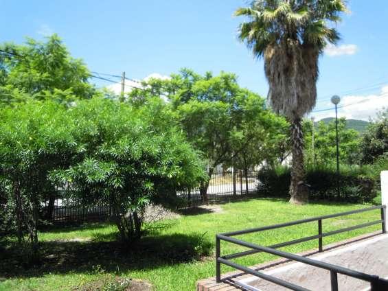 Espacio verde acceso balcón con vista cercado perimetral