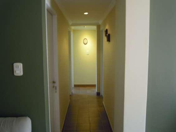 Pasillo con distribución a dormitorios,cocina y baño