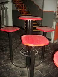 Vendo originales bancos altos de hierro y madera con 3 asientos y mesa incorporada