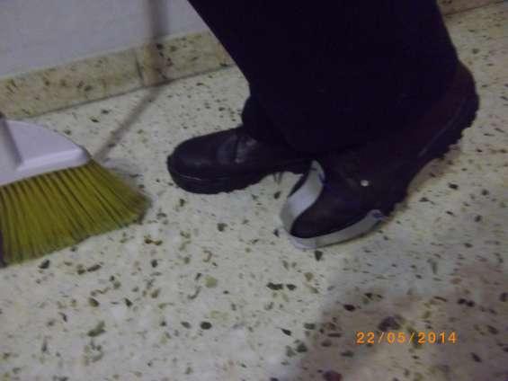 """Novedoso """"espatupie"""" elemento de limpieza capaz de desprender chicles o similares de pisos"""