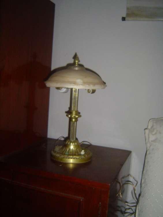 Lámpara antigua de bronce con pantalla de mármol
