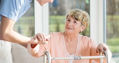 Cuidado de ancianos. adultos mayores. cuidadora domiciliaria
