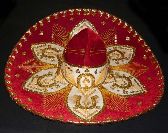 Sombrero mariachi original. hecho en mexico. casi sin uso. excelente estado. alamares y bordados dorados impecables marca pigalle de pana rojo. apto para uso o decorar diámetro: 60 cm.