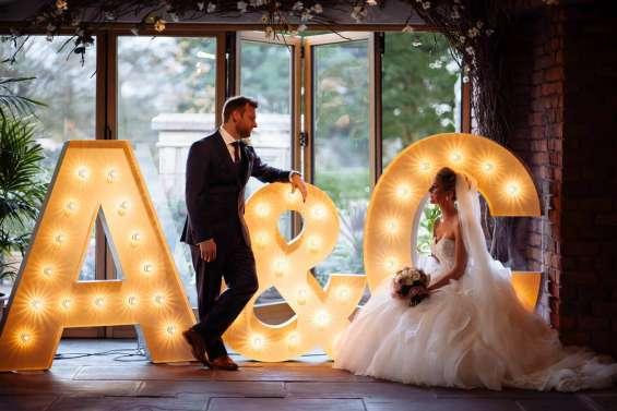 Letras gigantes con luz en las lomitas