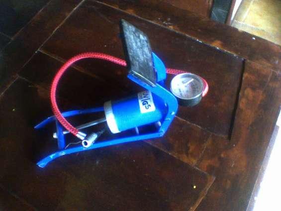 Vendo usado p. única vez . inflador a pie de un embolo / un cilindro con manometro aleman