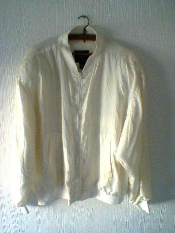 Vendo usado p. única vez - p/viaje. campera blanca 100 % seda forrado en polyester ,tall