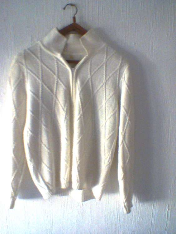Vendo usado p. única vez - p/viaje. cardigan blanco p/ mujer con cierre largo,talle 3/m