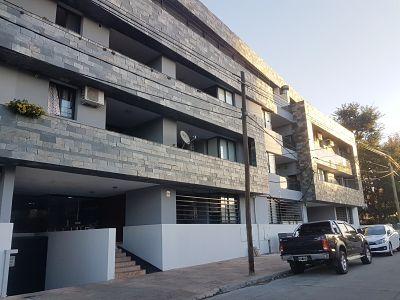 Carlos paz - categoria 2 dorm cochera pileta y amenities.