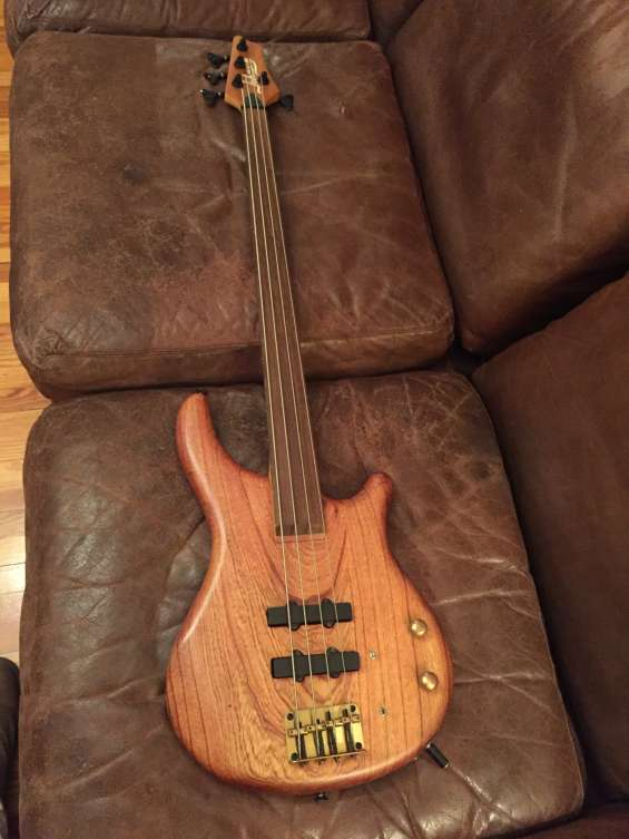 Vendo 1 bajo johnson 4 cuerdas fretless