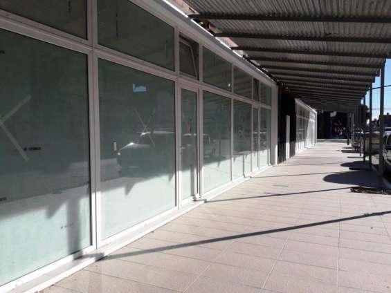 Alquilo local de 67 m² sobre avenida roca
