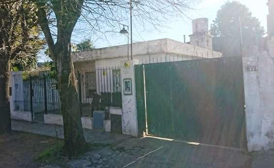 Fotos de Casa con 3 dormitorios más galpón de aprox. 100 mts. cubiertos (zona industrial) 1