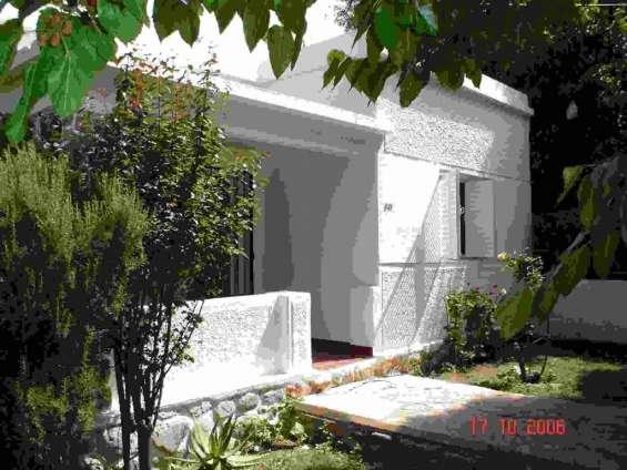 Hermosa casa centrica en capilla del monte, 3 ambientes, lavadero, cochera para tres autos, jarcines. contactar 4639-4460