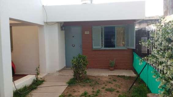 Dueño alquila linda casa de 2 dormitorios en barrio jardin
