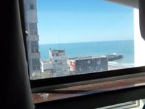 Un ambiente dividido con vista al mar