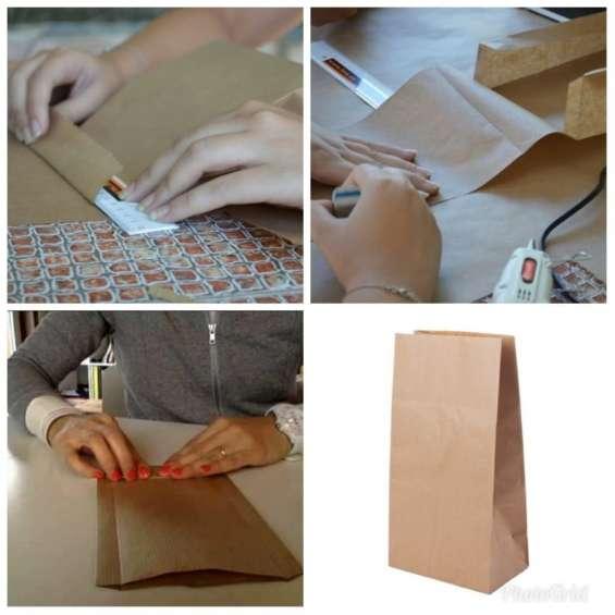 Trabajo desde casa armado de bolsas de papel