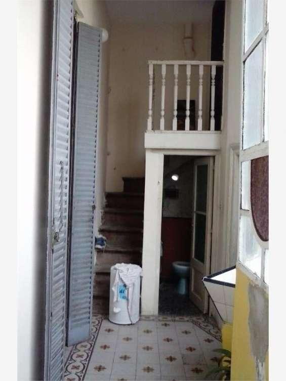 Vista pasillo, baño chico, y escalera a pieza servicio