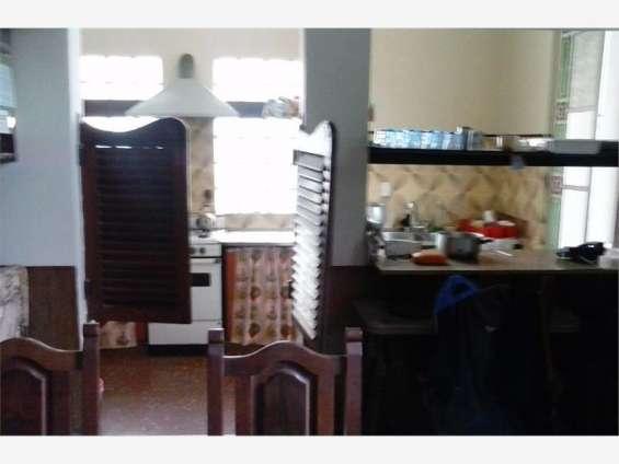 Bar y cocina con pase al comedor