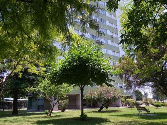 Parque ... edificio y mas parque exclusivo alrededor