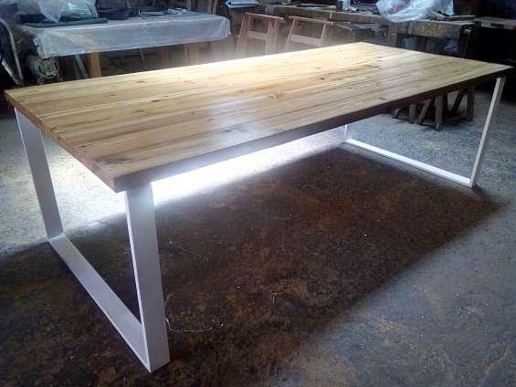 Mesa de pinotea modelo base metálica