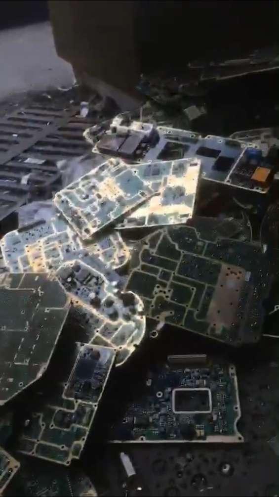 Placas de circuito electrónico y bateria de carro desechable