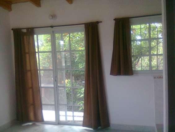 Alquilo monoambiente con balcon en granadero baigorria